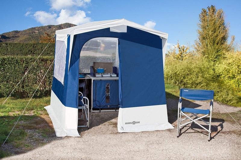 Jeftina kamp kuhinja koja će zadovoljiti vaše potrebe može se kupiti u nekim online trgovinama specijaliziranim za prodaju opreme za kampiranje